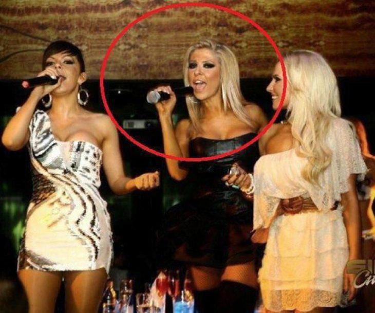 chica cantando con micrófono al revés
