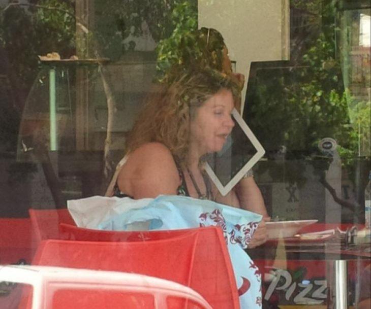 mujer hablando por ipad