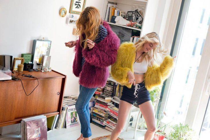 chicas bailando con abrigos similares