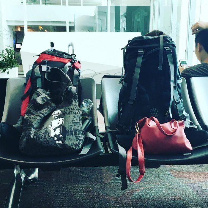 mochilas de viaje en aeropuerto