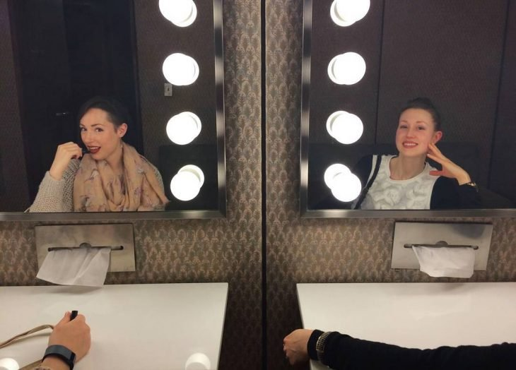 chicas mirándose en el espejo
