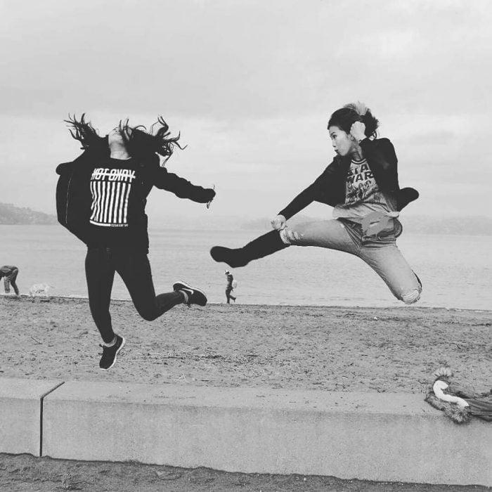 chicas saltando simulando pelea