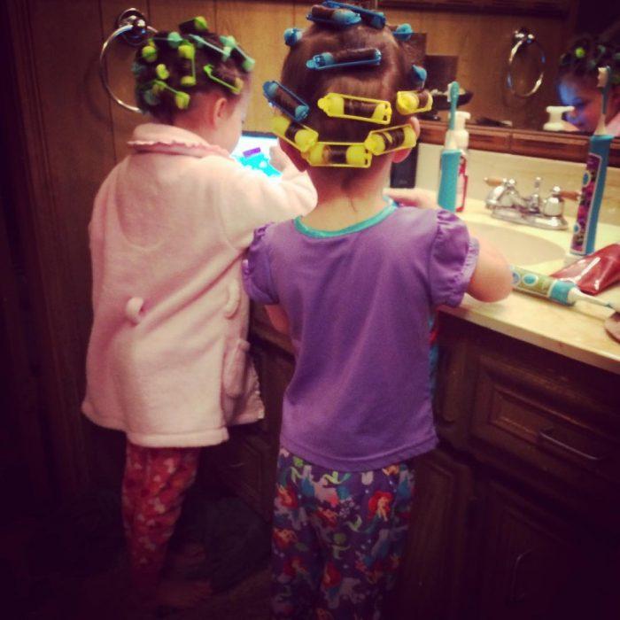niñas con tubos en la cabeza
