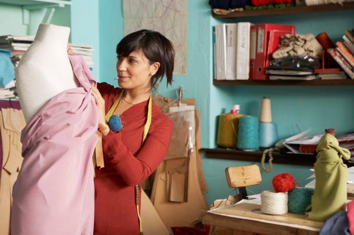 mujer en taller de costura sonriendo