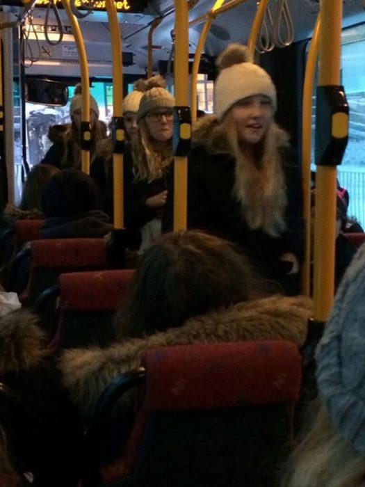 fila de mujeres en un autobus todas rubias con gorra blanca
