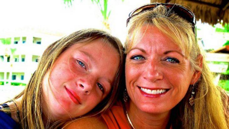 mujer rubia con de ojos azules e hija rubia de ojos azules