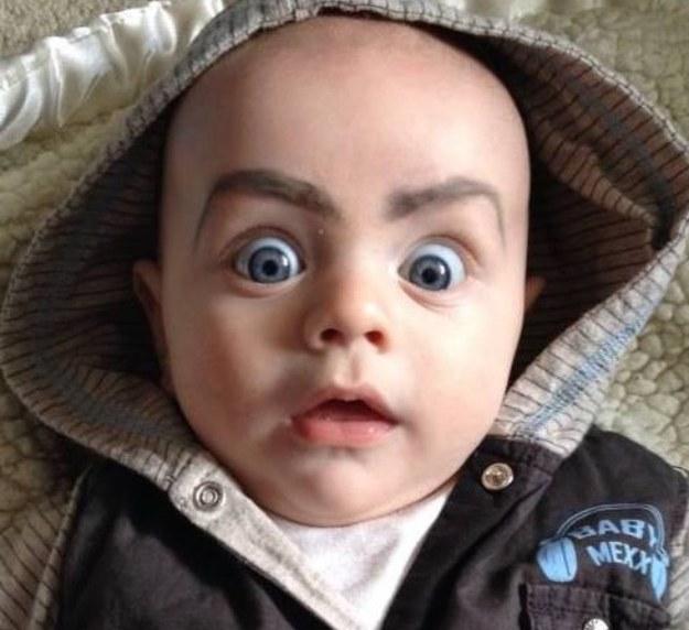 bebé con cejas pintadas