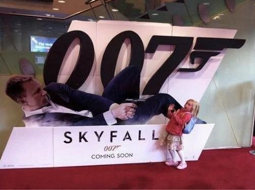 niña frente a póster de 007