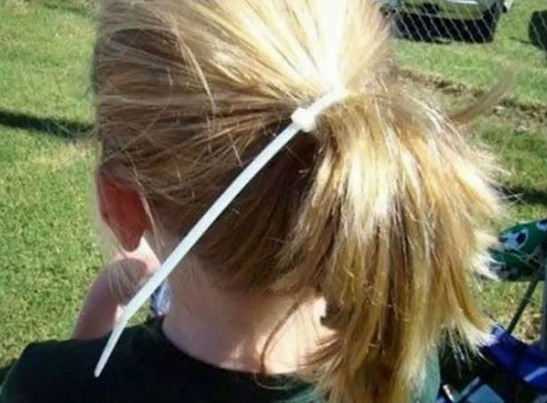 niña con cola de caballo con sincho de plástico