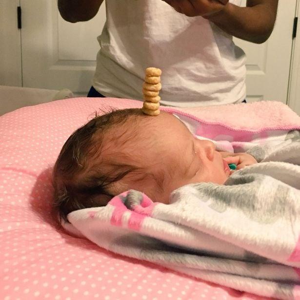 bebé con columna de cherioos en la cabeza