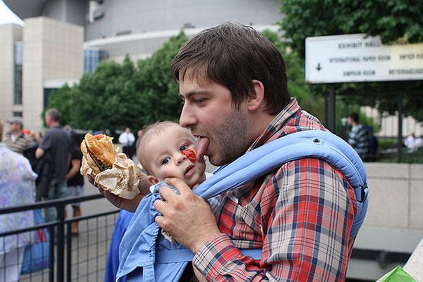 papá quitando catsup con la lengua a su bebé