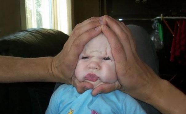 padre haciendo gesto en cara de bebé