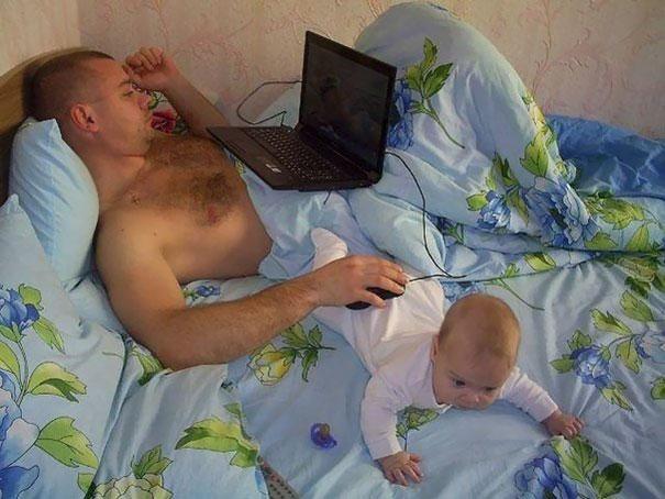 papá usando a bebé para poner ratón