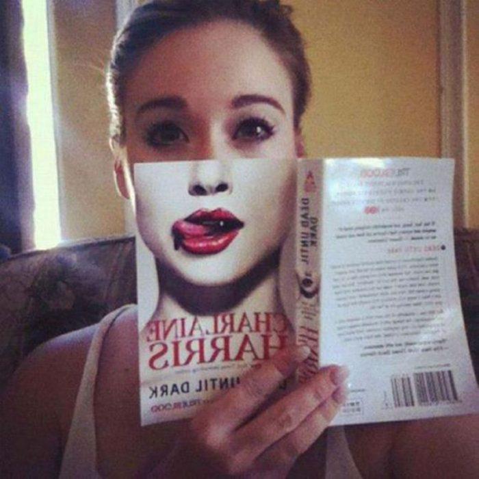 mujer con libro de boca y lengua
