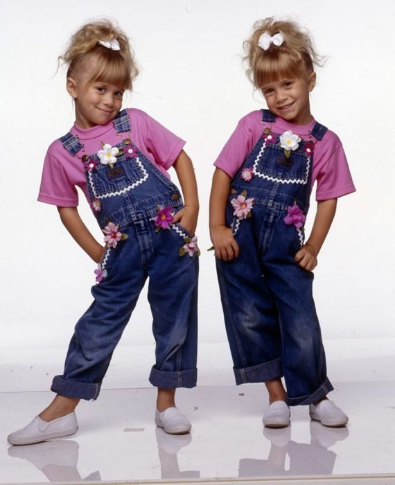 dos niñas con overol rosa