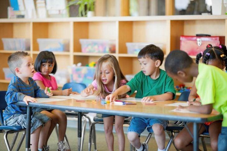 niños sentados en salón de clases