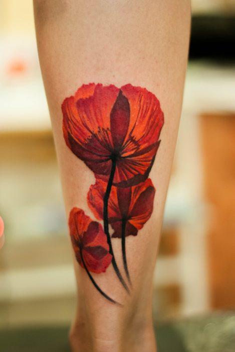 Detalle de un tatuaje de amapola.