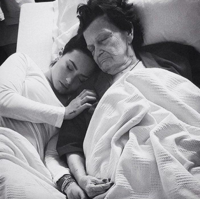 Abrazada de la abuela