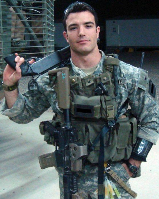 hombre con uniforme de soldado y armas