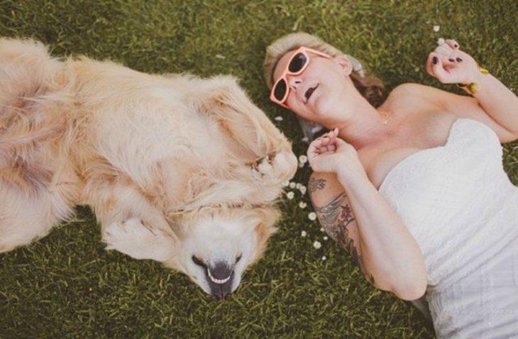 perro en el cesped y mujer rubia con vestido blanco y lentes de sol