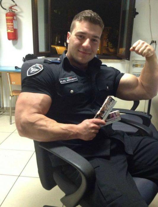 hombre policía musculoso con uniforme