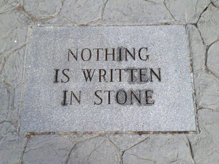 placa de piedra en el suelo