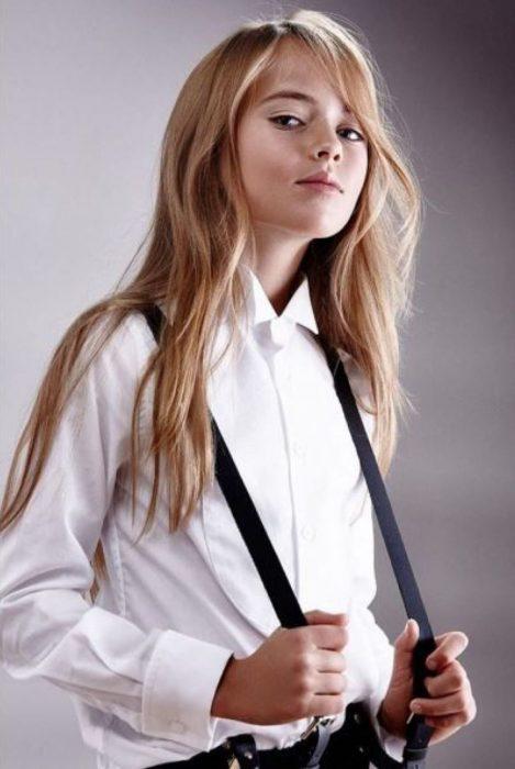 Kristina Pimenova con tirantes negros.