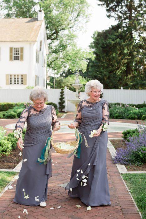 Abuelas siendo las niñas de los pétalos en una boda