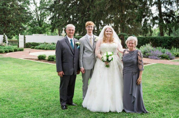 El novio y la novia con sus abuelos