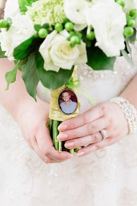 Ramo de rosas de novia con la foto de su padre