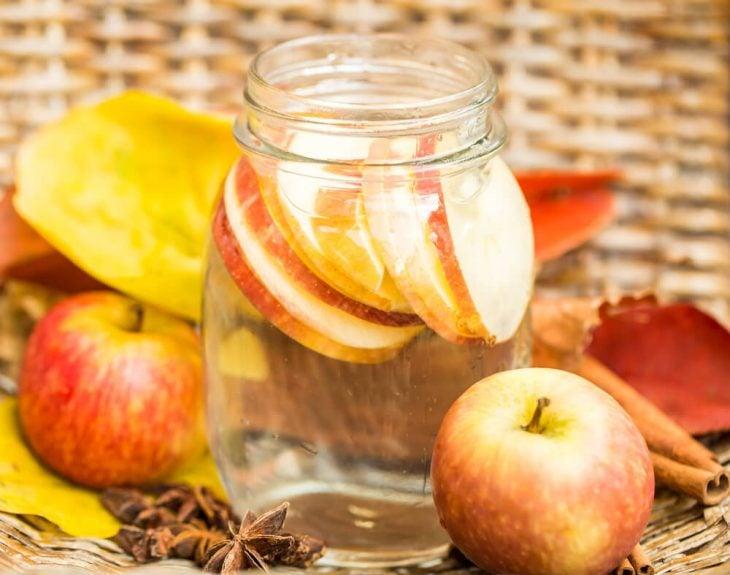 Agua de manzana servida en un recipiente
