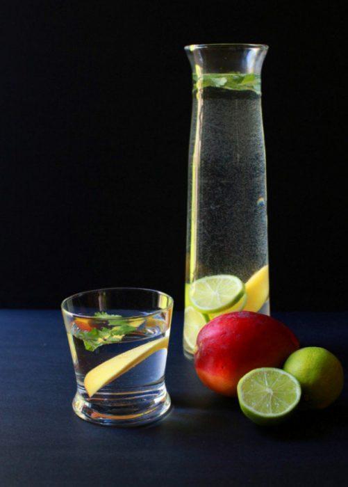 Agua de mango, lima y cilantro servida en una jarra
