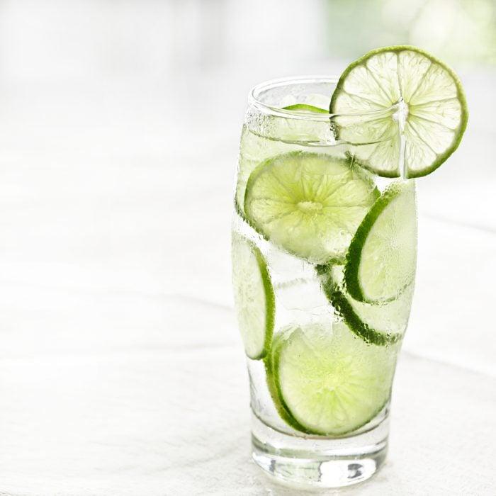 Agua de limón servida en un vaso