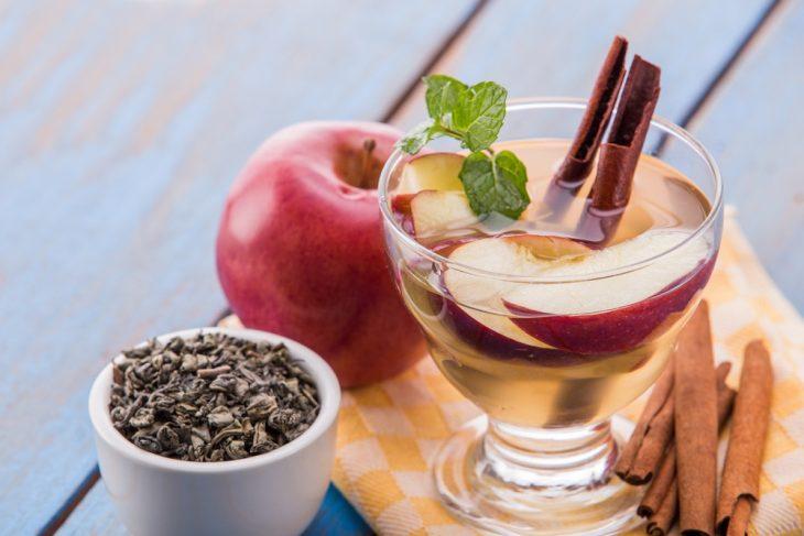 Agua de manzana con canela y un toque de menta