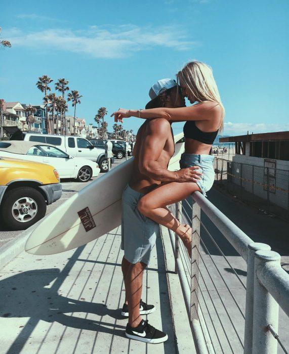 Chicos besándose en el verano