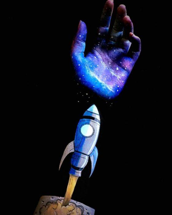 Chica que crea ilusiones ópticas en su mano, con un cohete sobre su mano