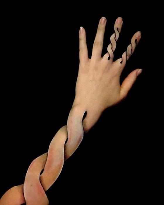 Chica que crea ilusiones ópticas en su mano, con su mano y sus dedos dibujados como resortes