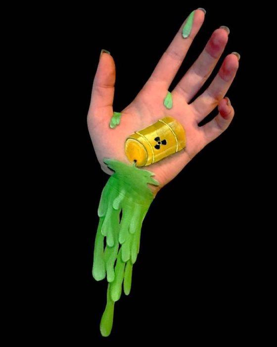Chica que crea ilusiones ópticas en su mano con un bote de ácido dibujado sobre su mano
