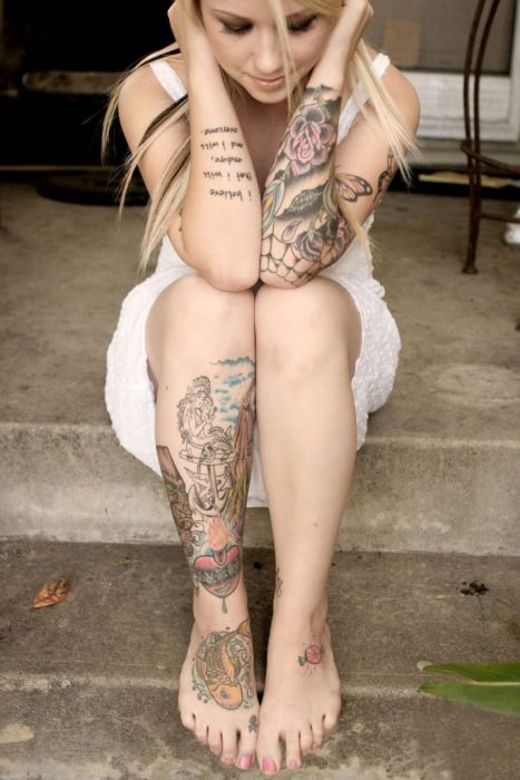 Chica con vestido blanco y tatuajes