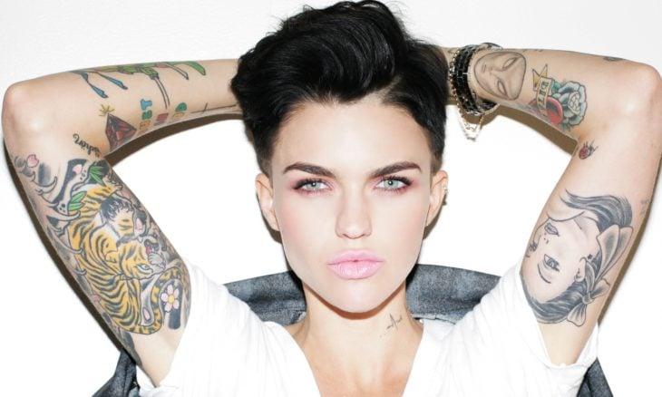 Ruby Rose con los brazos tatuados