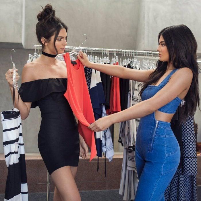 mujeres blancas de cabello negro en probador midiendose ropa