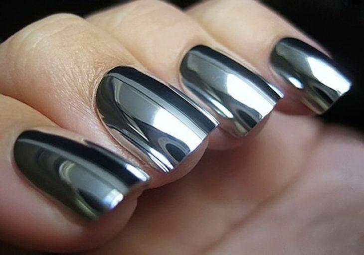dedos con uñas estilo espejo