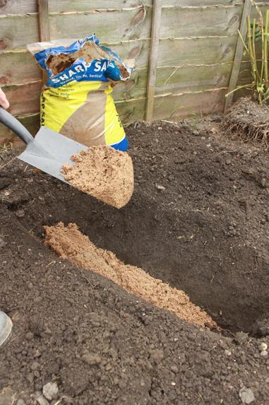 Zanja cavada en un jardín