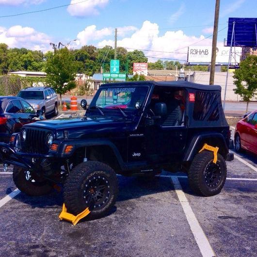 Jeep con maquinas inmovilizadoras por estacionarse de mala forma