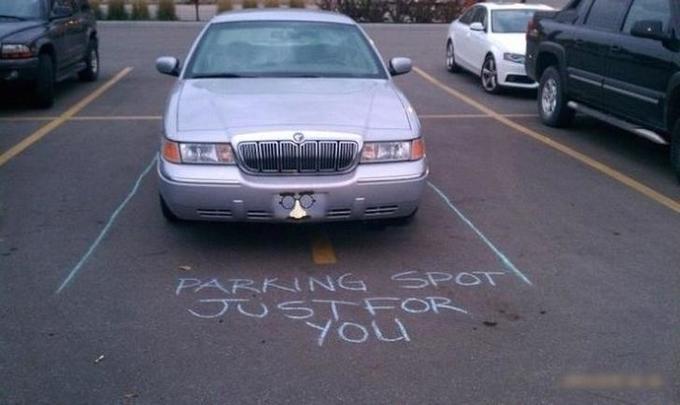 Lineas dibujadas pra demostrar que un carro está estacionado en un lugar prohibido