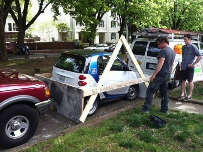 Carro tapado con tablas por que está en un lugar prohibido