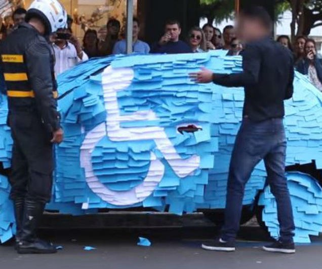 Carro lleno de post it por estacionarse en un lugar prohibido