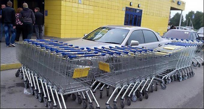 Carritos de super mercado bloqueando la salida de un carro que estaba mal estacionado