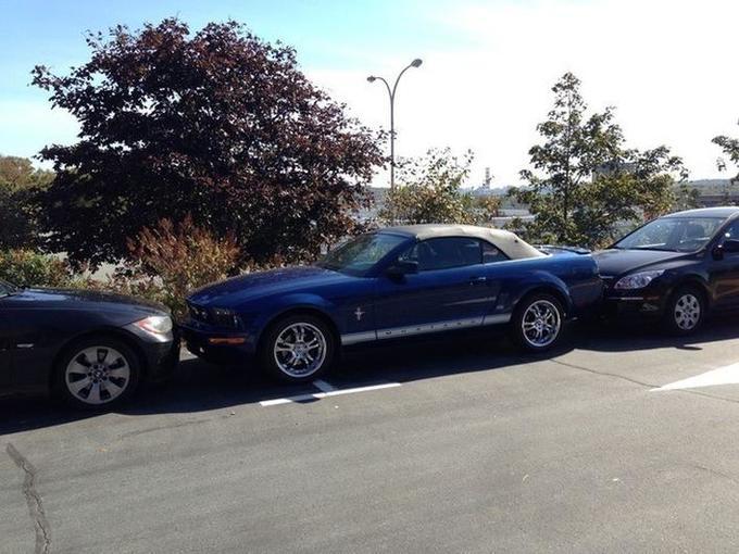 carro atrapado entre otros dos por estacionarse en un mal lugar