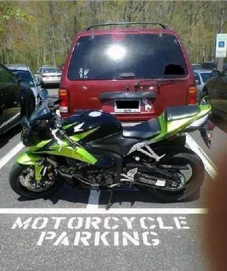 Motocicleta obstruyendo la salida de una camioneta que está mal estacionada